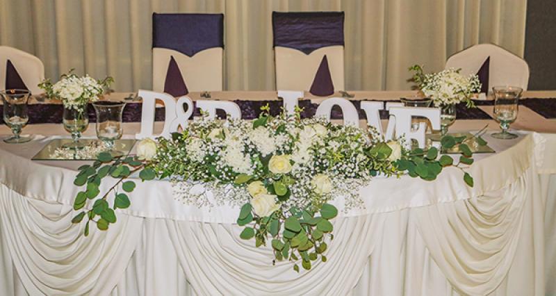 dekoracja stołu gipsówka róże