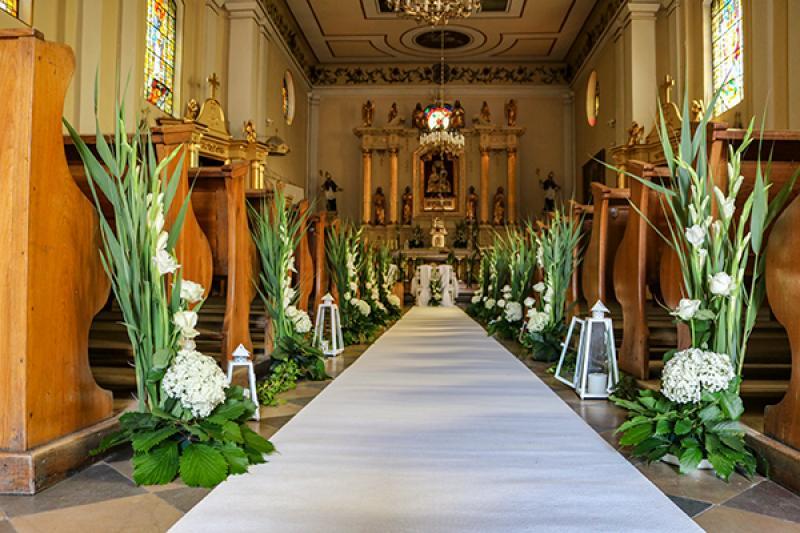 dekoracja kościoła warszawa biały dywan