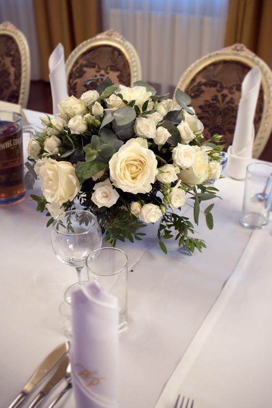 dekoracja-stolu-biale-kwiaty-wesele