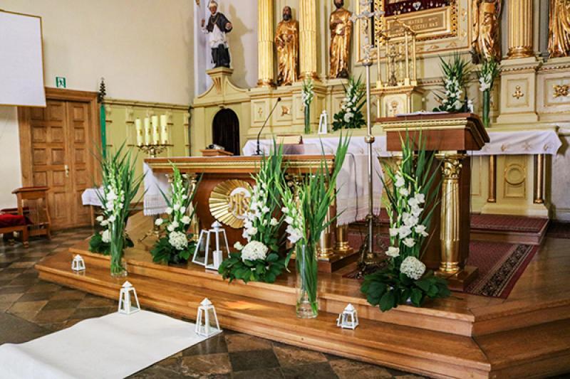 wystrój kościoła na ślub warszawa mieczyki i róże  biało zielone dekoracje ślubne