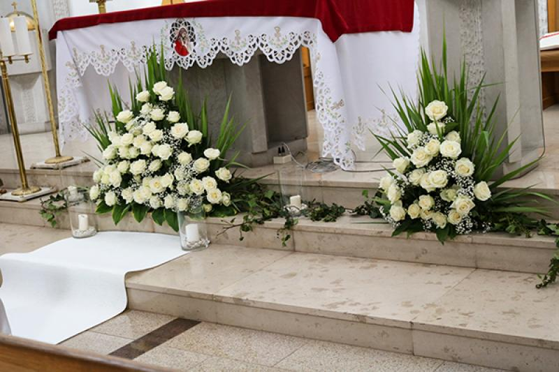 dekoracja kościoła warszawa róże ślub