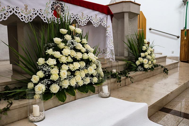 dekoracja ołtarza warszawa dekoracje ślubne róża biała
