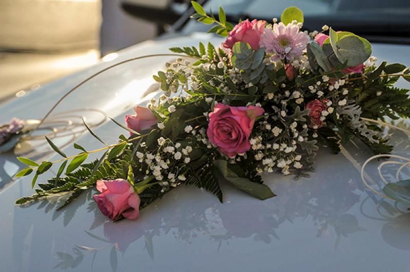 dekoracja samochodu warszawa róża gipsówka