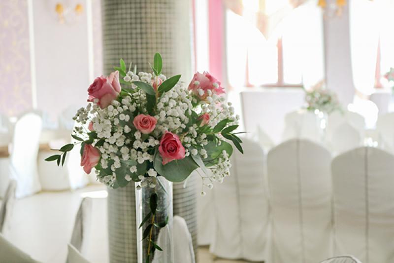 dekoracja stołów warszawa  róża różowa gipsówka