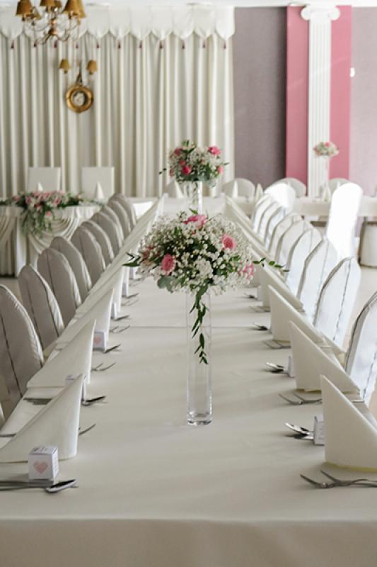 wystrój stołów warszawa  gipsówka róża różowa