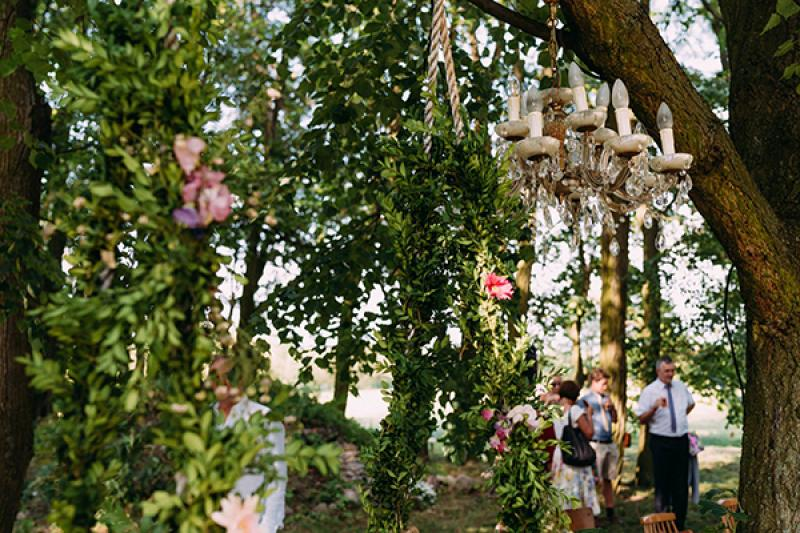 dekoracje rustykalny ślub plenerowy  kwiaty huśtawka plener