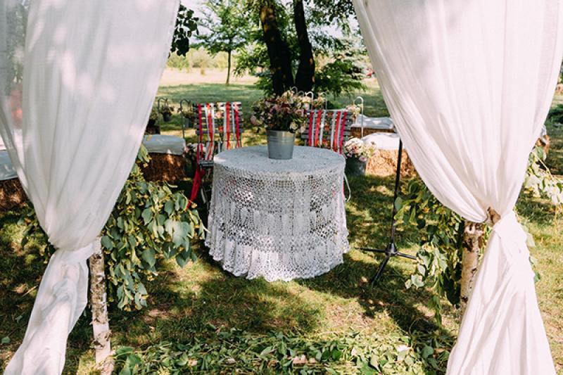 ślub plenerowy warszawa  stół dekoracja