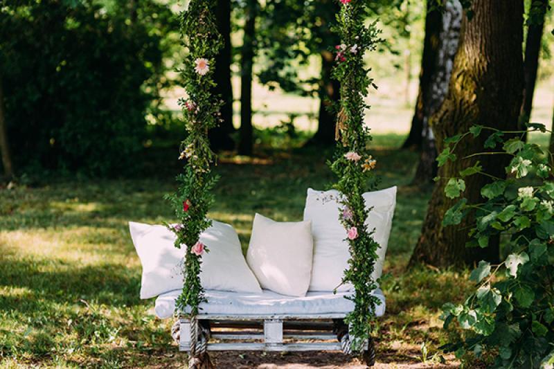 dekoracje rustykalny ślub plenerowy huśtawka