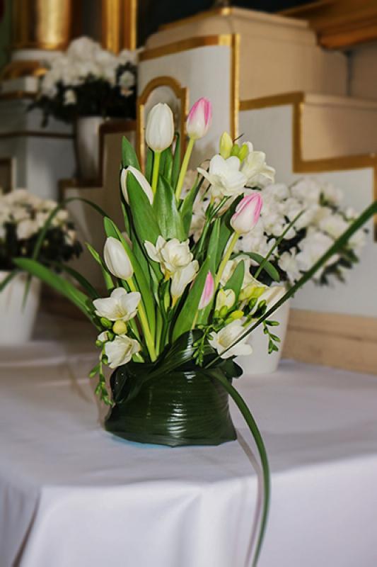 dekoracja ołtarz warszawa  boczny ślub tulipany