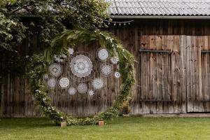 dekoracje ślubu w plenerze koło