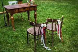 krzesła pary młodej dekoracje plenerowe