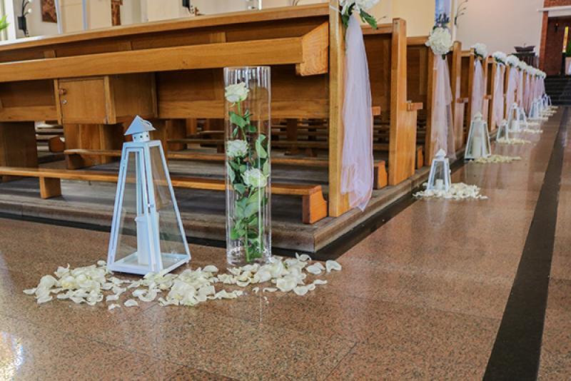 dekoracja kościoła ślub warszawa latarnie płatki