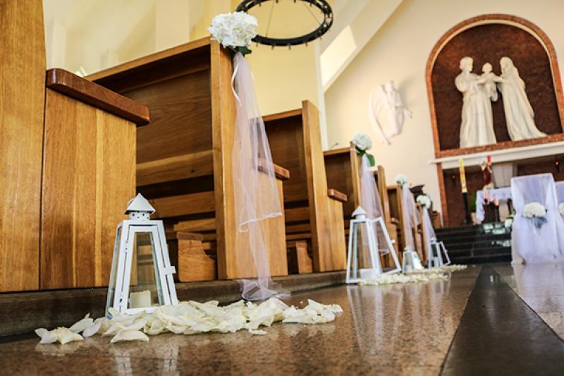dekoracja kościoła ślub warszawa  ławki latarnie płatki