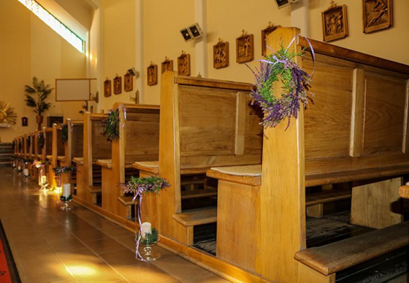 dekoracja ławki ślub wianek
