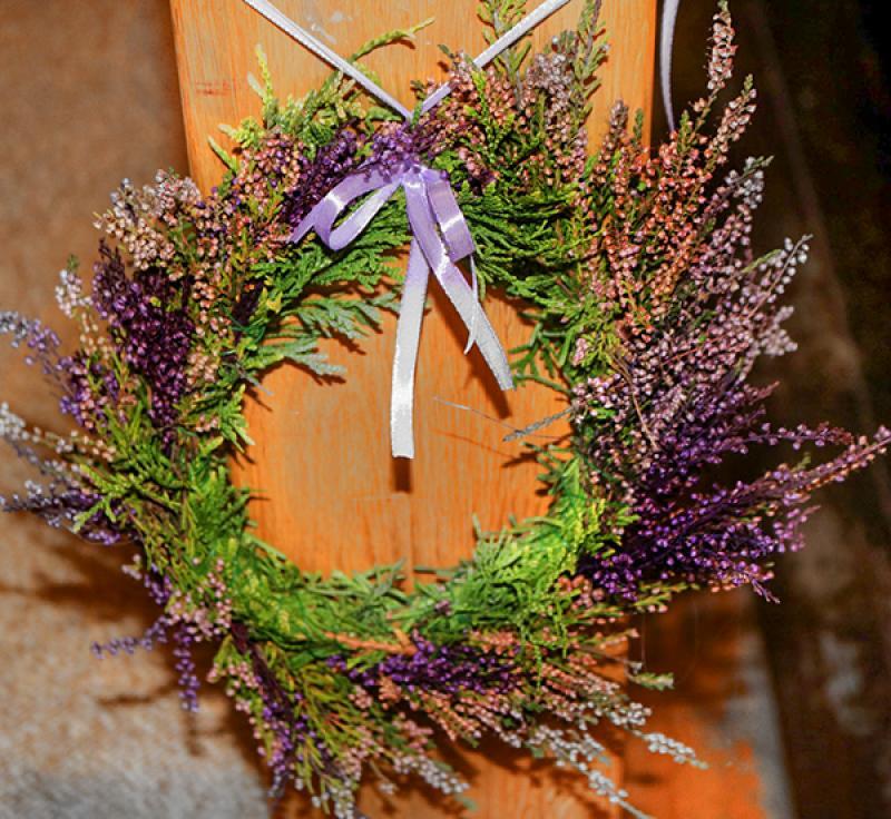dekoracja ławki wianek wrzos