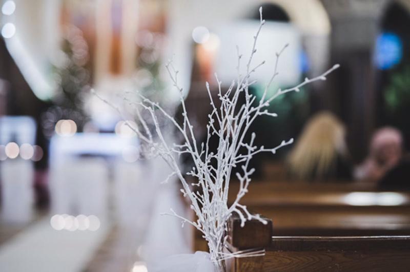 dekoracja ławki zimowy ślub