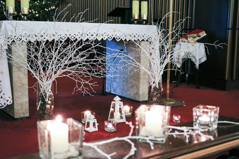 dekoracja ołtarza na zimowy ślub