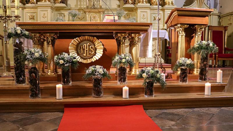 ślub zimowa dekoracja warszawa ołtarza